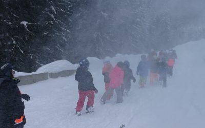Kindergruppe bei Sturm ins Tal hinunter begleitet